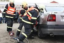 Ukázku vyprošťování oběti nehody sledovali studenti na hřišti za průmyslovou školou ve Žďáře. Vyzkoušeli si i jízdu na trenažéru motocyklu, automobilu a simulátoru nárazu či zjistili, jak vypadá závěrečná zkouška žadatele o řidičský průkaz.