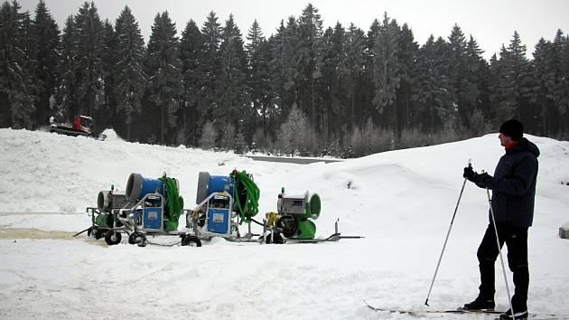 Jámu o velikosti sto dvacet krát devadesát metrů u Vysočina Areny už sněhová děla opět naplnila sněhem. Nyní jej urovnává rolba.