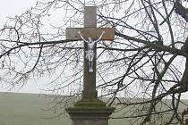 Převážně kamenné kříže udržují potomci jejich stavitelů.