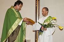 Žďárská farnost svatého Prokopa zastoupena duchovním Tomášem Holým (vlevo) se připravuje na primiční mši svatou novokněze Josefa Novotného (vpravo).