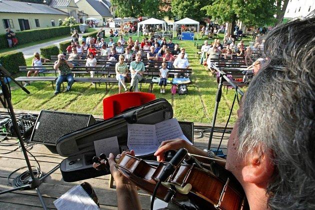 Trio brněnských muzikantů Váně, Kopřiva, Vondrák (VKV) odstartovalo ve Žďáře šestadvacátý ročník hudebního festivalu Horácký džbánek.