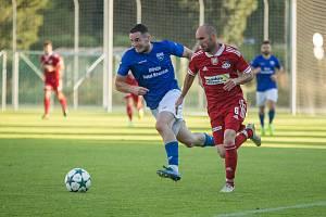 Velké Meziříčí (v červeném) v sobotu podlehlo Uherskému Brodu 0:2, Dolní Benešov (v modrém dresu) obral o body juniorku FC Vysočina.
