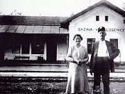 Přednosta stanice Sázava-Velká Losenice s manželkou před výpravní budovou.