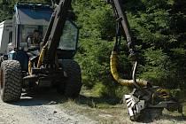 Víceoperační stroje - harvestory- pracují v porostech města.