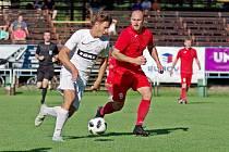 Skvělý výkon podali fotbalisté FC Žďas (v bílém) v souboji proti Staré Říši (v červeném), který se odehrál v azylu v Telči.