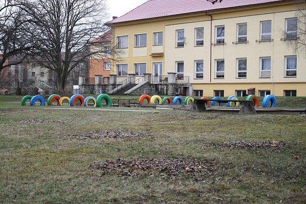 Stávající plocha sportoviště na Libušíně, kde si děti nacvičují nejrůznější situace ze silničního provozu, zanikne. Nová, na zahradě mateřské školky v ulici Okružní, zatím neexistuje. Žďárští totiž čekají na dotaci a peníze z Evropské unie.