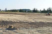 Stavební stroje se zakously do další část lokality Klafar ve Žďáře nad Sázavou. Dělníci tam budují inženýrské sítě pro parcely v nové Hrnčířské ulici.