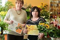 Z vítězství se radovala jak majitelka květinářství Marie Horáková (na fotografii vlevo), tak také čerstvá držitelka výherního poukazu Irena Zdražilová, která provozovně poslala svůj hlas.