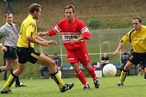 Fotbalisté Stonařova (v tmavém) podzim nezvládli. Do odvetné části vstoupí jako poslední tým s pětibodovým mankem na předposledního. V klubu věří, že nelehký úkol zvládnou a I. A třídu zachrání.