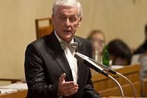 Josef Fiala hovoří k senátorům při projednávání návrhu prezidenta na jeho jmenování ústavním soudcem na schůzi Senátu 2. prosince v Praze.