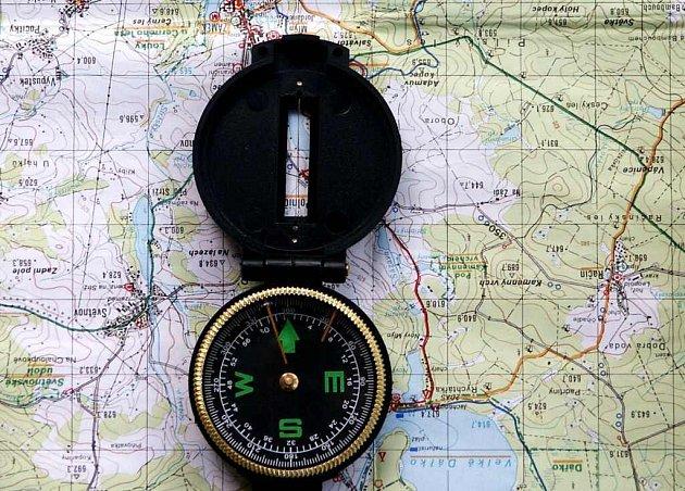 Místo severu ukazuje kompas zakoupený v Penny Marketu ve Žďáře nad Sázavou  jih.