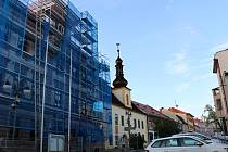 V Novém Městě na Moravě právě probíhá rekonstrukce střechy radnice a Tyršovy ulice.