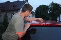 Kdo je odpovědný za výstřel, jehož následky poničily Marku Krškovi z Rokytna zánovní renault, se dosud nepodařilo zjistit. Auto měl zaparkováno u domu ve středu vesnice, nejdříve objevil díru ve střeše vozu a potom střelu zapadlou v interiéru.