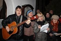 Lidé si zazpívali koledy se Žďárským deníkem u kostela svatého Prokopa ve Žďáře nad Sázavou.