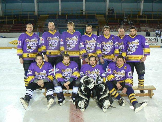 Hokejový mančaft vOlešné jsem před léty založil a čtrnáct sezon sním působil ve Vesnické hokejové lize ve Žďáře nad Sázavou. Vzpomínky na tato léta jsou jen ty nejlepší. Sice jsme málokdy vyhrávali, ale vždycky mě to hodně bavilo.