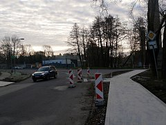 V současné době se již v křižovatce a jejím okolí pracuje na dokončování nových chodníků a budování přechodů pro chodce.