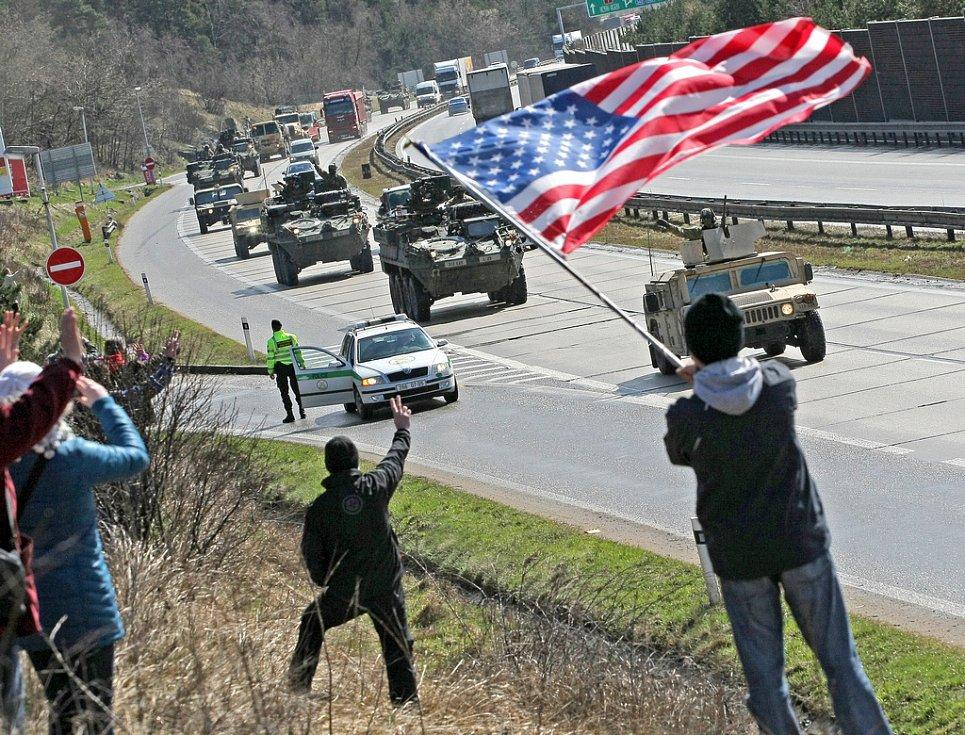 Vojáky amerického konvoje jedoucího z Vyškova do Prahy přišly při technické zastávce na 137. kilometru dálnice D1 u Stránecké Zhoře pozdravit téměř dvě stovky obdivovatelů a příznivců.