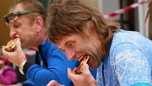 OBRAZEM: Milovníci chilli se potili při pojídání papriček i bonbónů