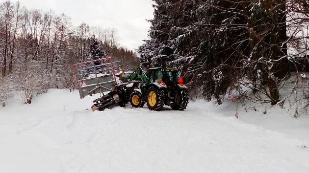 neprůjezdná byla I silnice z Vojnova Městce ve směru na Hlinsko kvůli zapadlé zemědělské technice.