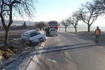 U Rodkova havaroval osobní vůz, řidička skončila v péči zdravotníků