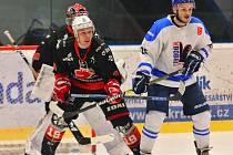 Hokejisté Valašského Meziříčí (v bílém) dokázali Plameny (v černém) ve čtvrtfinále play-off vyřadit poměrem 3:1 na zápasy.
