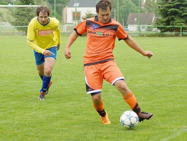 Fotbalisté Radešínské Svratky (v oranžovém) budou chtít v Nedvědici navázat na úvodní výhru 4:0 ve Starči.