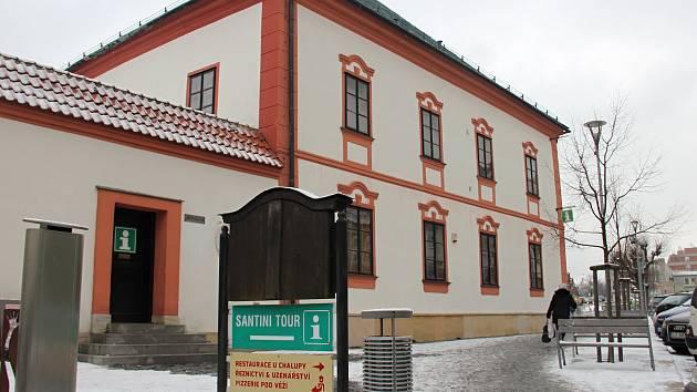 Informační centrum provozuje v budově Staré radnice od roku 1993 cestovní  kancelář Santini Tour. ... 9ddb5f6603