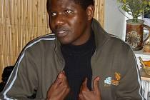 Leonardo Teca pochází z Angoly, vyučuje etiku a filozofii, tlumočí, ale je i evangelickým farářem.