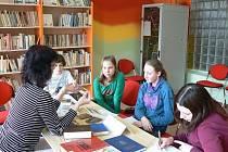 Základní škola T.G. Masaryka v Bystřici nad Pernštejnem podporuje své žáky ve čtení. Kromě zapojení do projektu Čtení pomáhá spolupracuje škola také s místní knihovnou a dokonce zavedla genetickou metodu čtení.