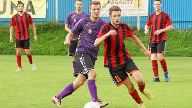 V derby mezi domácí juniorkou Vrchoviny (ve fialovém Libor Polnický) a Moravcem (v červenočerném Tomáš Christian) se radoval po výhře 2:1 hostující celek.