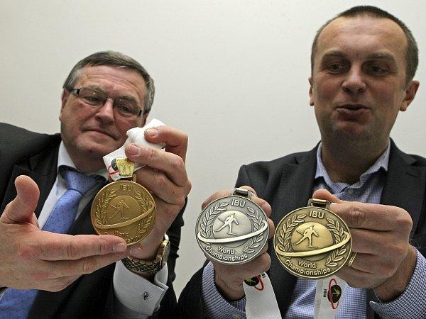 Jiří Hamza (vpravo) smedailemi pro MS vbiatlonu.