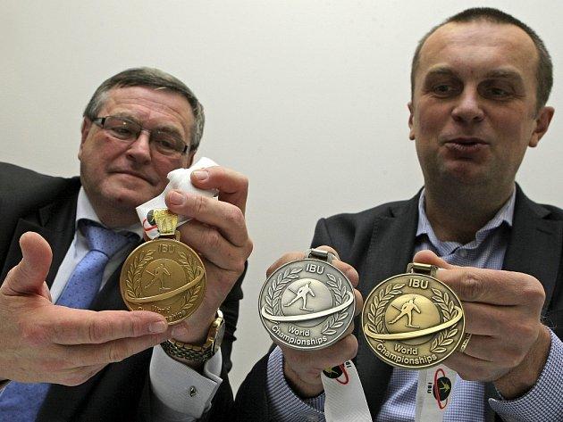 Jiří Hamza (vpravo) s medailemi pro MS v biatlonu.