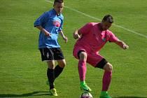 Fotbalisté Počítek (v růžovém) se propracovali na první místo tabulky okresního přeboru.