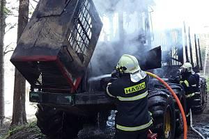 Škodu v předběžné výši 1,5 milionu korun za sebou zanechal požár vyvážecí soupravy v lese u Nyklovic na Žďársku.