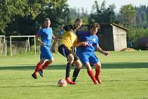Rychle zapomenout budou chtít na uplynulý podzim jak fotbalisté Radešínské Svratky (v modrých dresech), tak i Moravce (ve žlutém). Oba kluby uzavírají podzimní tabulku 1. A třídy.