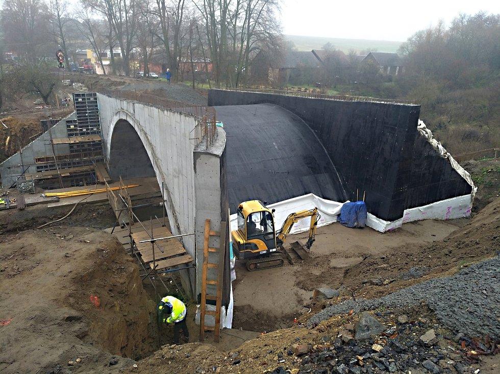Krajští silničáři investovali v loňském roce do oprav silnic 800 milionů korun. Realizovali i rekonstrukci mostu v Radoticích.