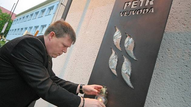 Pamětní deska věnovaná Petru Vejvodovi, tragicky zavražděnému v říjnu minulého roku duševně nemocnou ženou, byla odhalena ve Žďáru nad Sázavou. Železná deska kombinovaná se sklem je umístěna na stěně školy, v níž se tragická událost odehrála.