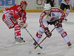 Žďárští hokejisté (vpravo Jiří Plachý) se ve druhé lize opět postaví proti pelhřimovskému Spartaku. Ještě před startem soutěže by se měli dvakrát utkat v přípravných zápasech. Každý z týmů má  v plánu celkem osm herních testů.