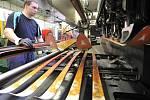Výroba lyží ve Sportenu.