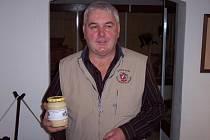 Jiří Zavřel (nahoře) šéfuje novoměstským včelařům od roku 2005. Také letos spolek vystavuje. A to v prostorách Horáckého muzea v Novém Městě na Moravě. Poslední šanci prohlédnout si výstavu máte dnes do 17 hodin.