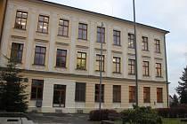 Zatím pouze do dvora vedou dveře ukončující propojovací chodbu v budově gymnázia.