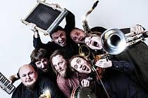 Sedm hudebníků z moravské metropole se netají inspirací Ivanem Mládkem, Waldemarem Matuškou, kapelou Buty či Voskovcem a Werichem.