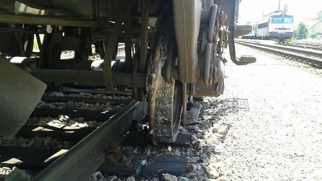 Při vjezdu do železniční stanice Horní Cerekev na Pelhřimovsku v pátek kolem poledne vykolejil jeden z vozů nákladního vlaku.