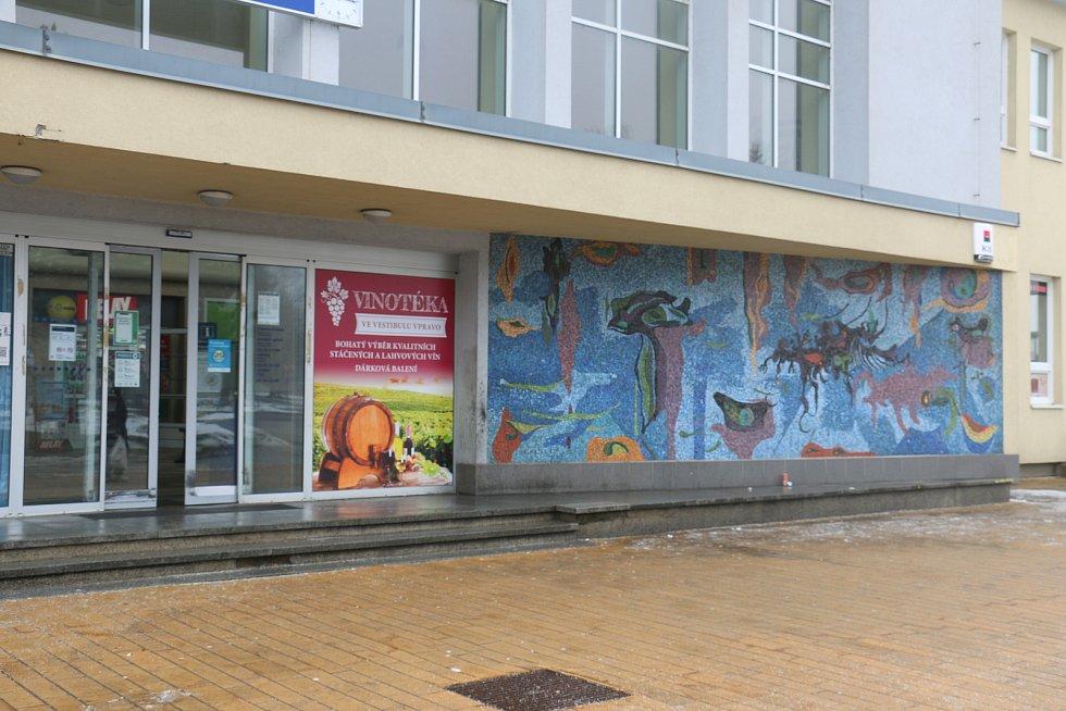Mozaika s vyobrazením vodního světa na žďárském nádraží je dílem Bohumíra Matala.