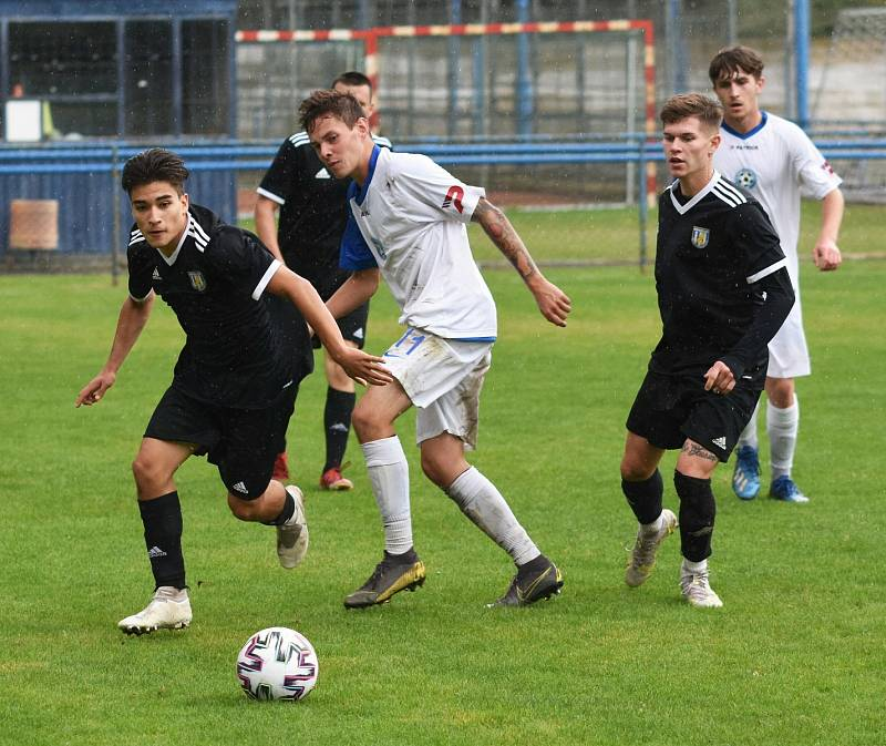 V osmém divizním kole vyfasovali fotbalisté Slavoje Polná (v bílém) pětibrankový výprask na půdě Břeclavi (v černém).