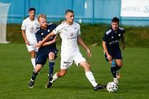 O první letošní výhru v domácím prostředí se pokusí v sobotu hráči Nového Města na Moravě (v modrém) proti Uherskému Brodu.