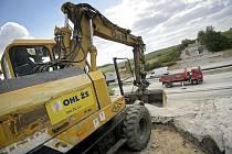 Po několika týdnech začali dělníci společnosti OHL ŽS znovu pracovat na opravách dálnice D1 mezi Lhotkou a Velkou Bíteší.