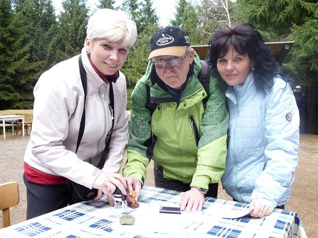Turisté s Tuláky zahájili v sobotu jarní část sezony na rozhledně Rosička.