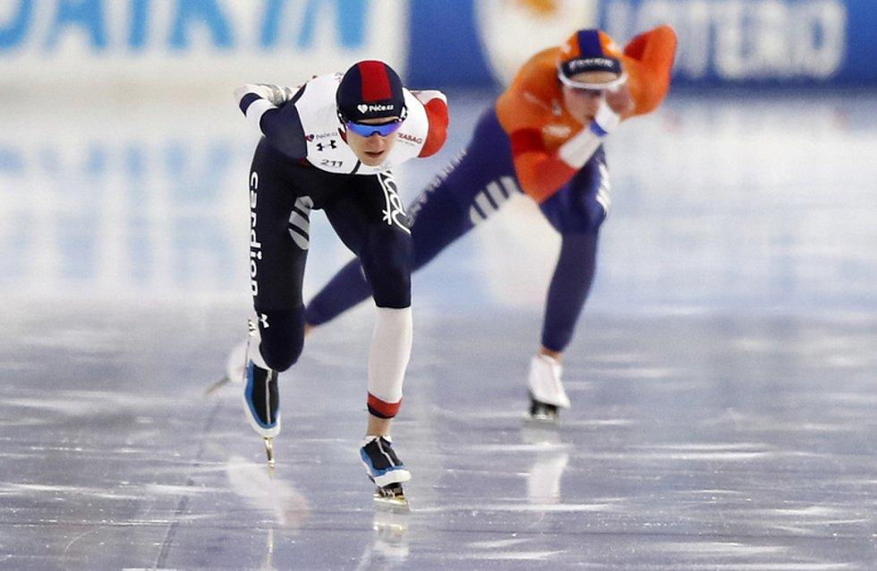 Česká rychlobruslařka Martina Sáblíková (vlevo) a Joy Beuneová z Nizozemska v závodu na 1500 m na vicebojařském ME v Heerenveenu.