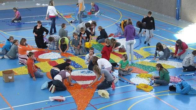 Obrovského motýla ze třech desítek tisíc plastových víček vytvořily děti v tělocvičně v Borech na Velkomeziříčsku. Stavba byla součástí projektu Největší zoologická zahrada na internetu, který zahrnuje fotografie podobných výtvorů z celé republiky.